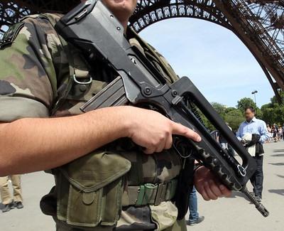 Militaire sentinelle réserviste Paris à la Tour Eiffel
